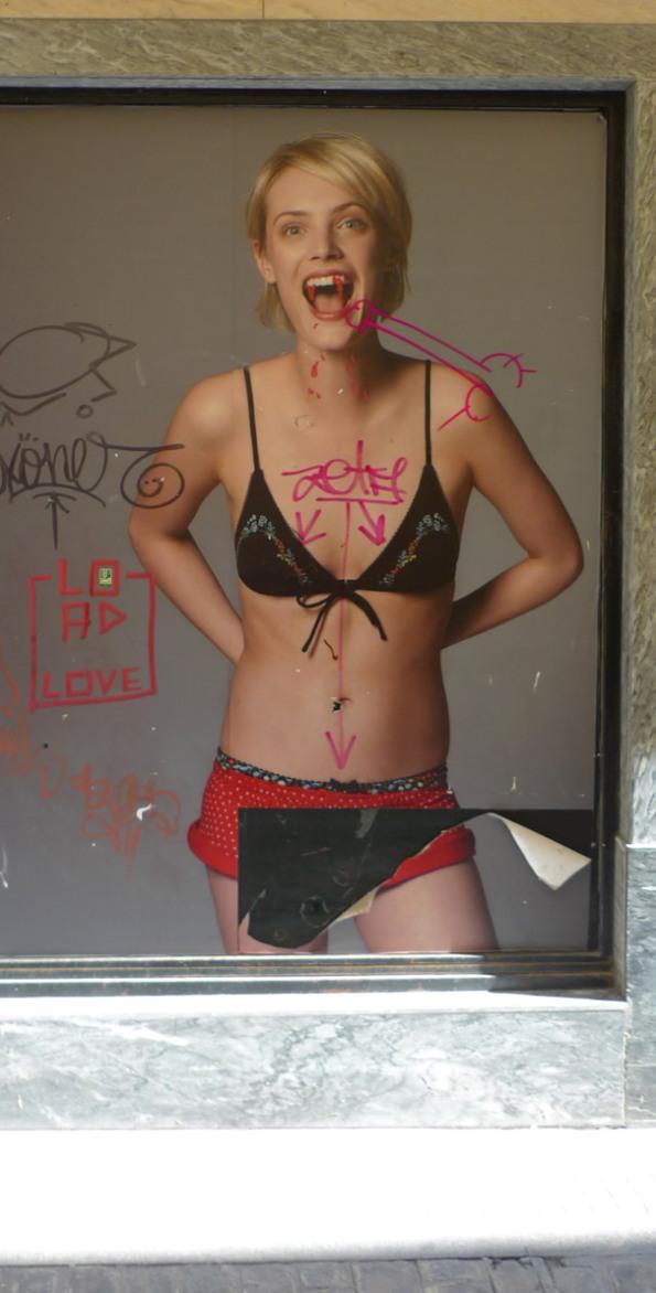 Graffiti op een poster van lingerie winkel women secret door fotograaf Daniel Jackson van het model Leah Dewavrin